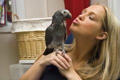 Mädchen mit ihrem Haustier-Vogel Stockfotografie