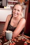 Recht blonde Frau mit Kaffee Stockfotos
