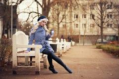 Recht blonde Frau mit Kaffee Stockbild