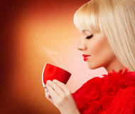 Recht blonde Frau mit Kaffee oder Tee Lizenzfreie Stockbilder
