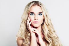 Recht blonde Frau mit Make-up und dem blonden gelockten Haar Lizenzfreies Stockfoto