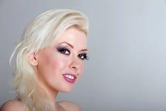 Schöne blonde Frau mit Durchdringen Stockbild