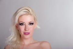 Schöne blonde Frau mit braunen Augen Stockbilder