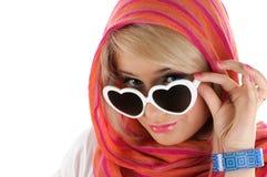 Recht blonde Frau mit Sonnegläsern Stockbild