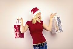 Recht blonde Frau mit Weihnachtsgeschenk Lizenzfreie Stockfotos