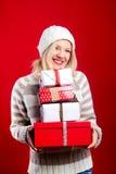 Recht blonde Frau mit Weihnachtsgeschenk Stockbild