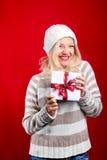 Recht blonde Frau mit Weihnachtsgeschenk Lizenzfreie Stockfotografie
