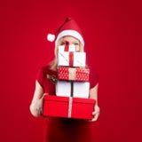 Recht blonde Frau mit Weihnachtsgeschenk Stockfoto