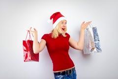 Recht blonde Frau mit Weihnachtsgeschenk Stockfotografie