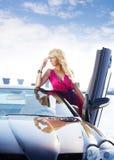 Recht blonde Frau und Auto Stockbild