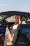 Recht blonde Frau und Auto Stockfoto