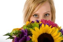 Recht blonde Frau und Blumen Stockfoto