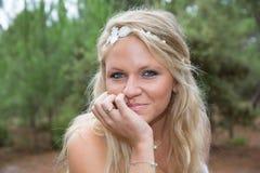 Recht blonde Frau, welche die Kamera betrachtet Lizenzfreie Stockfotos