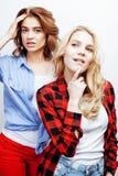 Recht blonde Frau zwei, die Spaß zusammen auf weißem Hintergrund, reifer Mutter und junger jugendlicher Tochter, Lebensstil hat Lizenzfreie Stockfotografie