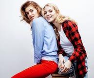 Recht blonde Frau zwei, die Spaß zusammen auf weißem Hintergrund, reifer Mutter und junger jugendlicher Tochter, Lebensstil hat Lizenzfreie Stockfotos