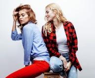 Recht blonde Frau zwei, die Spaß zusammen auf weißem Hintergrund, reifer Mutter und junger jugendlicher Tochter, Lebensstil hat Stockbilder