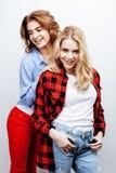 Recht blonde Frau zwei, die Spaß zusammen auf weißem Hintergrund, reifer Mutter und junger jugendlicher Tochter, Lebensstil hat Stockfotografie