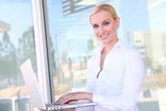 Recht blonde Geschäftsfrau Lizenzfreie Stockfotografie