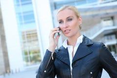 Recht blonde Geschäftsfrau Lizenzfreie Stockfotos
