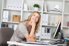 Recht blonde Geschäftsfrau Dreaming Stockfotos