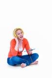 Recht blonde hörende Musik mit ihrem Tablet-Computer Lizenzfreies Stockfoto