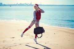 Recht blonde junge Frau bei der Aufstellung Lizenzfreie Stockfotografie