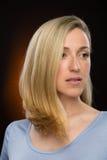 Recht blonde junge Frau, die Abstand untersucht Lizenzfreie Stockfotos