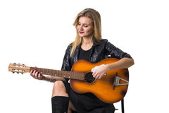 Recht blonde junge Frau, die Gitarre spielt Stockbild