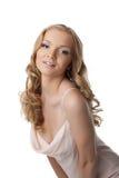 Recht blonde junge Frau im Kleid Stockfotografie