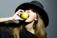 Recht blonde junge Frau mit Apfel Lizenzfreies Stockfoto