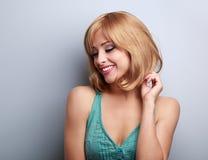Recht blonde junge Frau mit der Kurzhaarfrisur, die unten schaut Lizenzfreies Stockbild