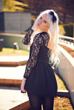 Recht blonde junge Frau, wenn Sie draußen aufwerfen Lizenzfreie Stockfotografie