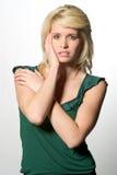 Recht blonde kaukasische Frau - gesorgt oder ermüdet Lizenzfreie Stockfotografie