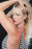 Recht blonde kaukasische Modefrau Stockfotografie