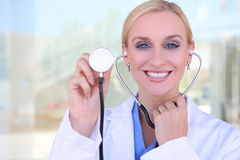 Recht blonde Krankenschwester am Krankenhaus Stockbild
