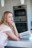 Recht blonde Lesung ein Buch Lizenzfreie Stockbilder