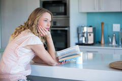 Recht blonde Lesung ein Buch Stockfotos