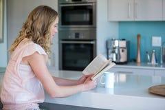 Recht blonde Lesung ein Buch Lizenzfreie Stockfotografie