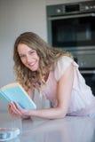 Recht blonde Lesung ein Buch Stockbilder