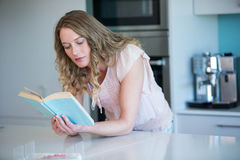 Recht blonde Lesung ein Buch Stockfoto