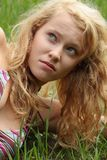 Recht blonde Mädchenentspannung im Freien Stockbild