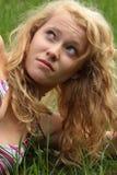 Recht blonde Mädchenentspannung im Freien Stockfotos