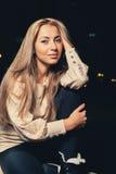 Recht blonde schauende Kamera Lizenzfreie Stockfotografie