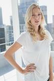 Recht blonde schauende Kamera Lizenzfreies Stockfoto