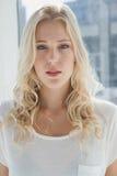 Recht blonde schauende Kamera Lizenzfreies Stockbild