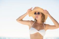 Recht blonde schauende Kamera Lizenzfreie Stockbilder