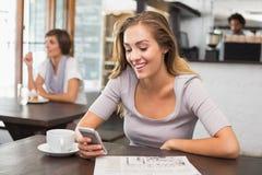 Recht blonde sendende Textnachricht Lizenzfreies Stockbild