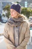 Recht blonde Stellung im warmen Kleidungsdenken Stockbilder