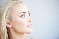 Recht blonde träumende Frau Stockfotos