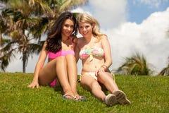 Recht blonde und des Brunette Mädchen draußen Lizenzfreie Stockfotos